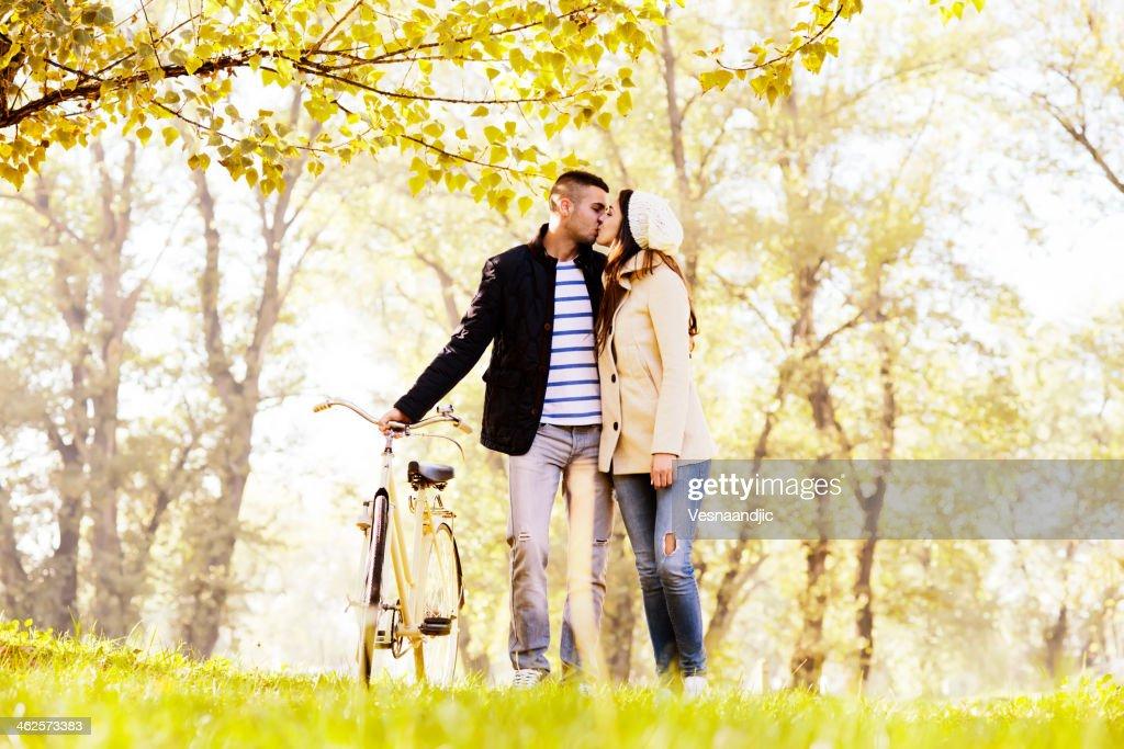 Casal apaixonado no parque : Foto de stock