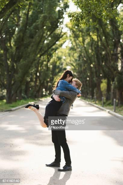 一緒に抱きしめる愛のカップル