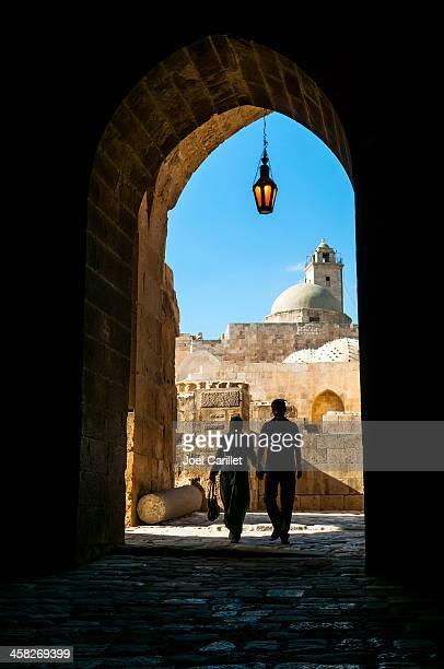 愛のカップルは、手をシテダルアレッポ(シリア) - アレッポ市 ストックフォトと画像