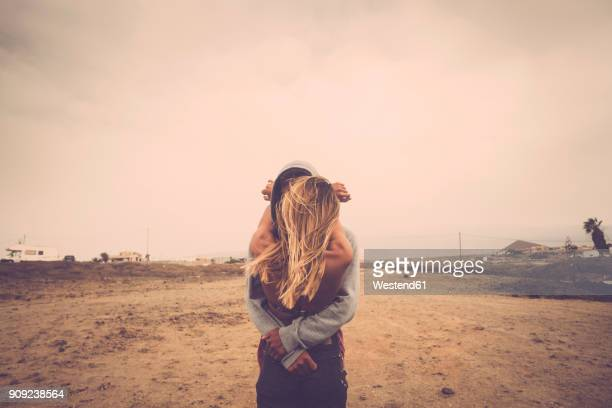 couple in love kissing on the beach - coppia passione foto e immagini stock
