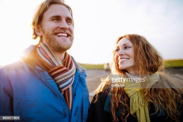 paar in liefde ontwaken langs de kust - bewondering stockfoto's en -beelden