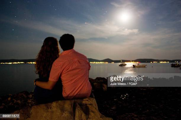 couple in moonlight - moonlight lovers stock-fotos und bilder