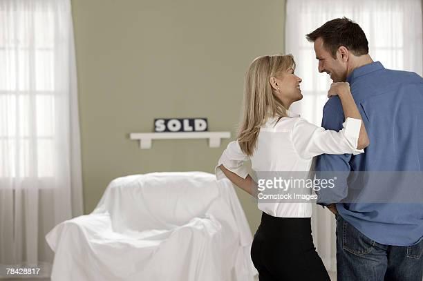 couple in new home - cadrage aux genoux photos et images de collection