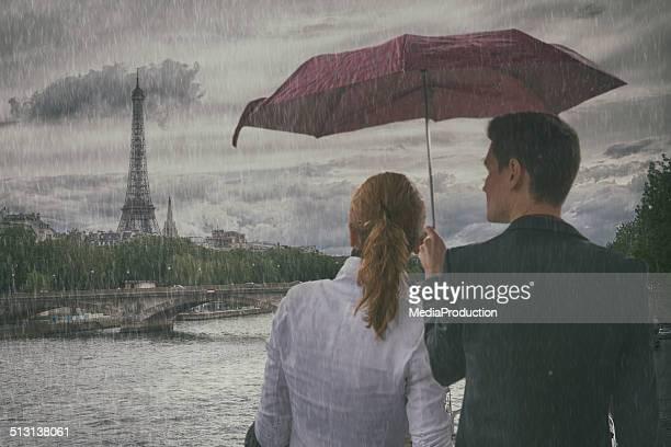 Couple dans Paris sur un jour de pluie