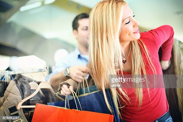 Paar in Einkaufszentrum.