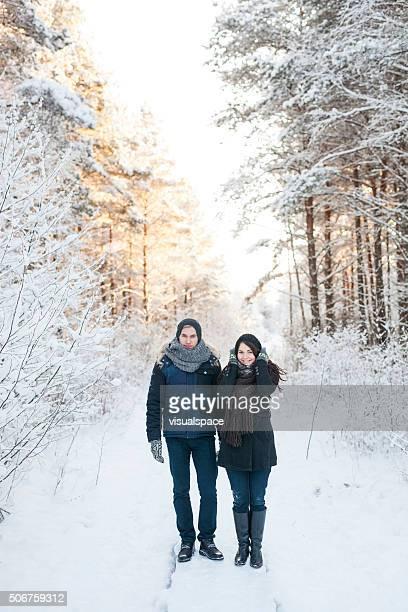 Paar im Schnee Wald