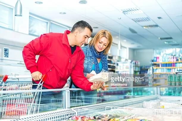 Paar in einem Supermarkt in der Nähe der frozen food