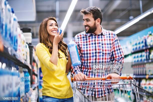 paar im supermarkt. - weichspüler stock-fotos und bilder