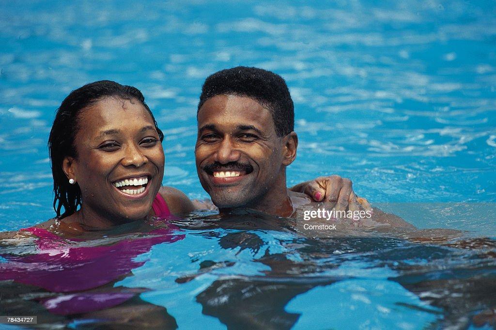 Couple in swimming pool : Stockfoto