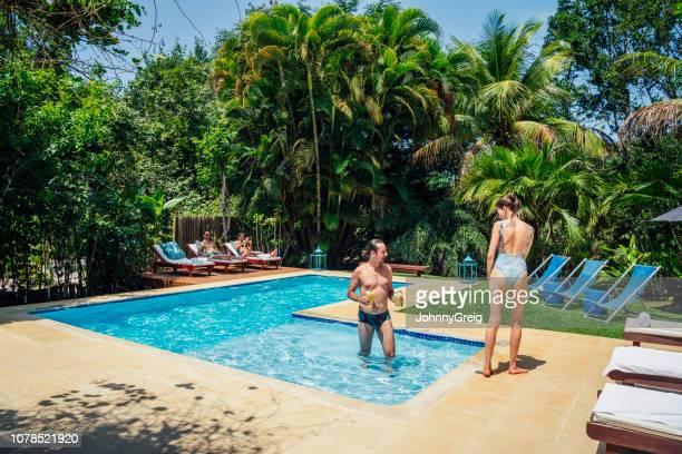 paar in badebekleidung im urlaub am pool - nordöstliches brasilien stock-fotos und bilder