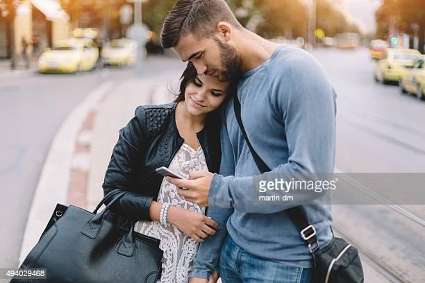 Couple dans la ville de messagerie texte