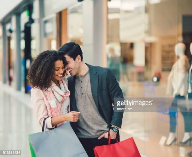 Casal no centro comercial