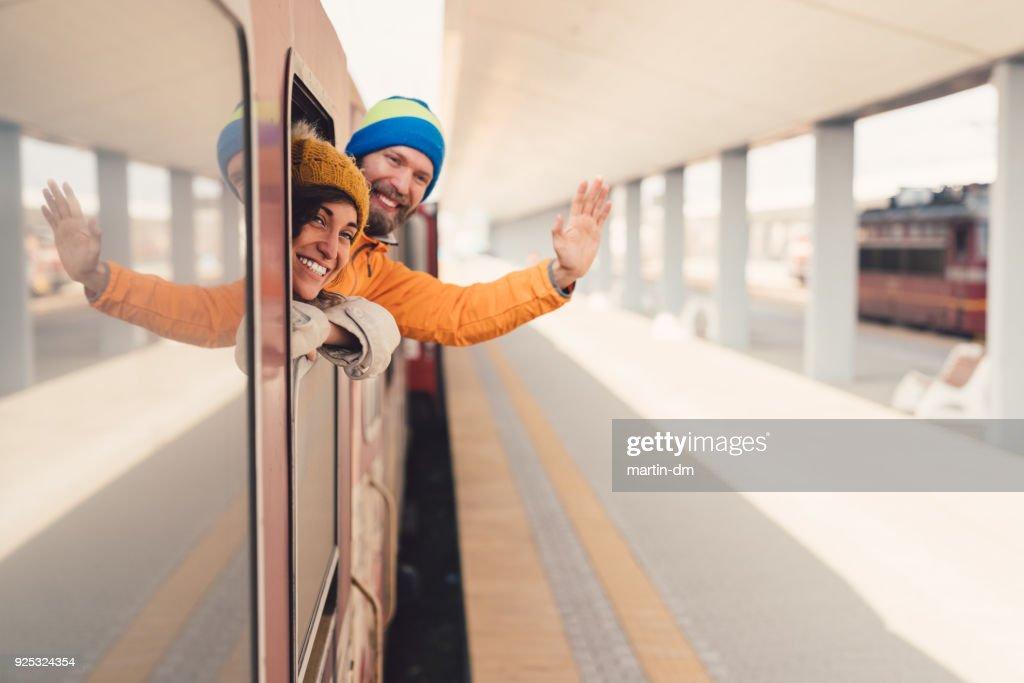 Couple en train au revoir en agitant : Photo