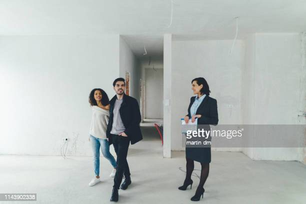 couple investing in buyng new property - visita imagens e fotografias de stock