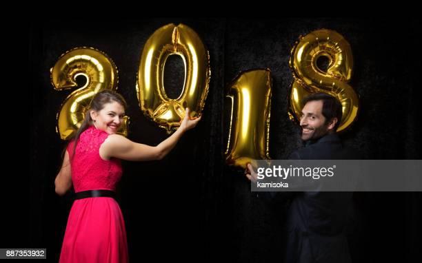 Couple célèbre réveillon avec ballon «2018»