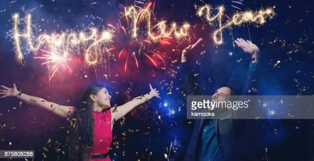 Couple célèbre réveillon du nouvel an 2018 avec feux d'artifice et sparkler