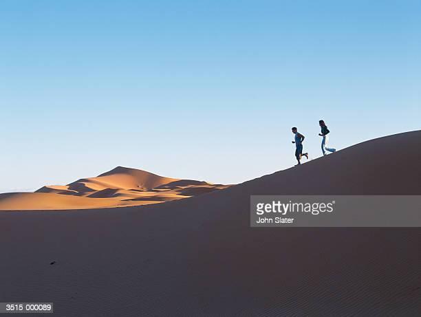 couple jogging in desert - homme marocain photos et images de collection