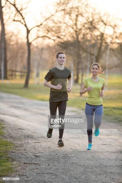 Couple de jogging à l'extérieur