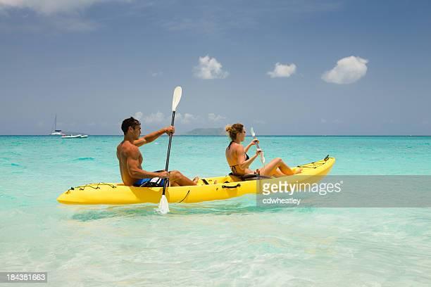 Un couple en kayak dans les eaux des Caraïbes