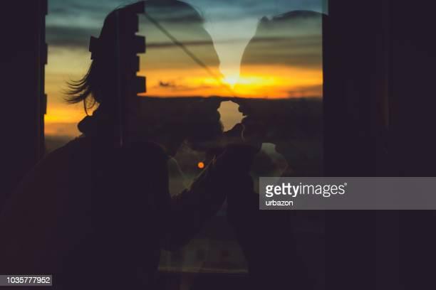 夕暮れのカップルのキス - ガールフレンド ストックフォトと画像