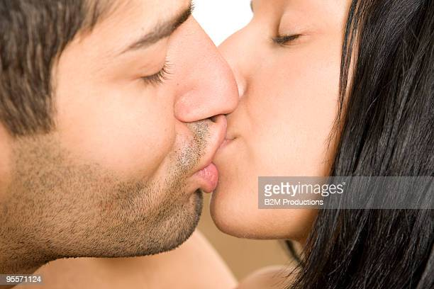 couple kissing close up - menselijke lippen stockfoto's en -beelden