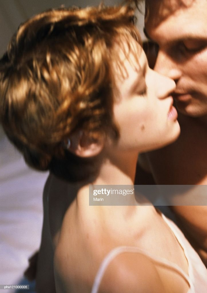 Couple kissing, close-up : Stockfoto