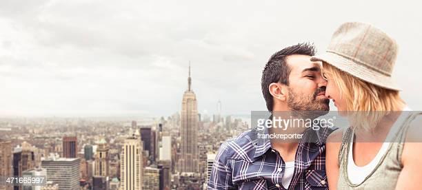 coppia baciare nella parte anteriore della skyline di manhattan - viaggio di nozze foto e immagini stock