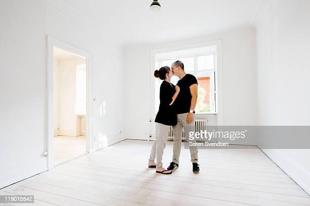 Couple embrassant dans le nouveau chez
