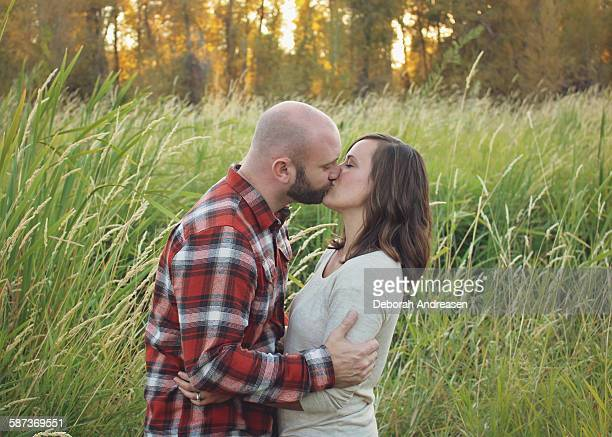 couple kissing in the sunset - embrasser sur la bouche photos et images de collection