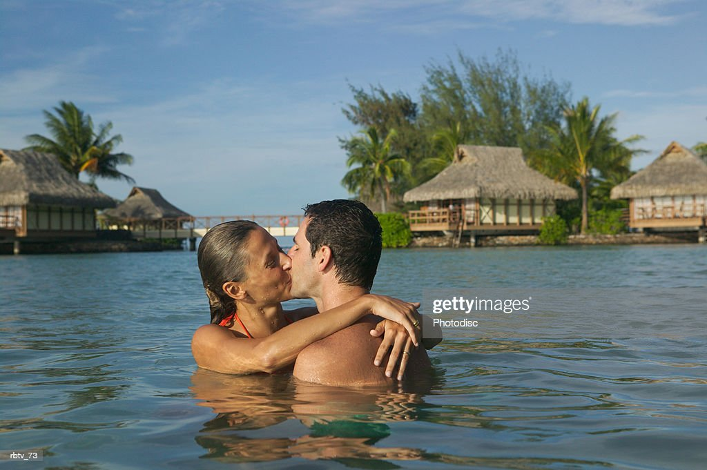 couple kissing in water : Stockfoto
