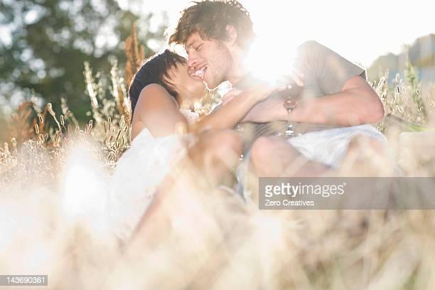 Paar küssen auf dem wheatfield