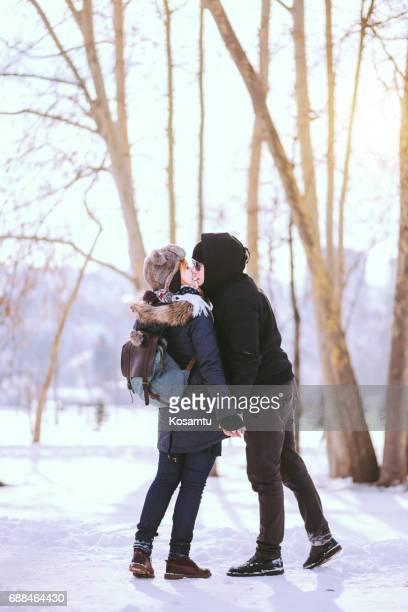 Paar küssen im Winterwald