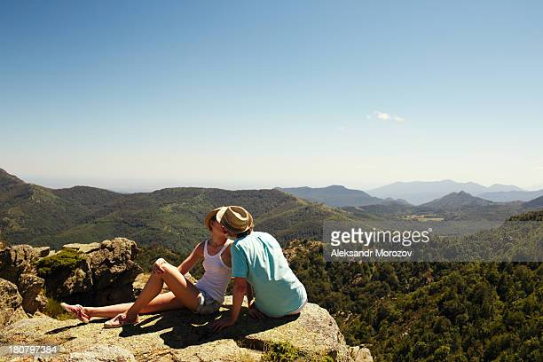 couple kissing - pyreneeën stockfoto's en -beelden