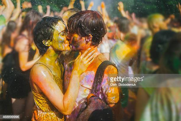 couple kissing - couples kissing shower stock pictures, royalty-free photos & images