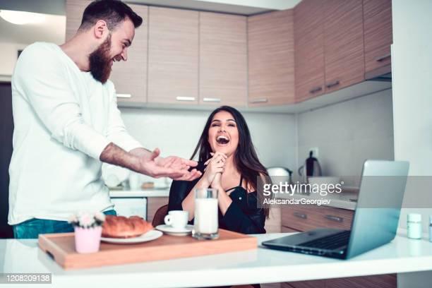 paar dat tijdens ontbijttijd samen lacht - binnenin stockfoto's en -beelden