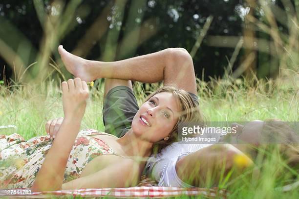 Paar zusammen Leg dich in Feld