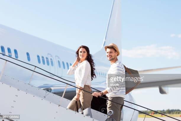 休暇を残してカップル - ハネムーン ストックフォトと画像