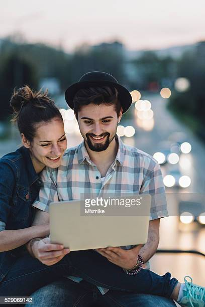 couple leisure time in the city - mindzoom 2 stock pictures, royalty-free photos & images