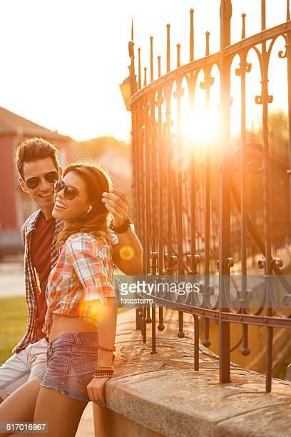 Couple, écouter de la musique sur mobile téléphone ensemble