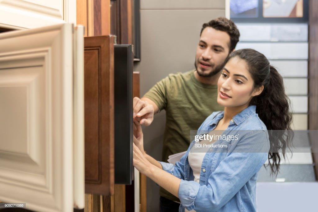 Casal Veja amostras do armário na loja de ferragens : Foto de stock