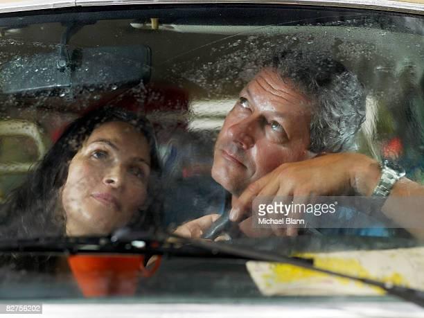 Paar Blick aus Fenster Auto im Regen