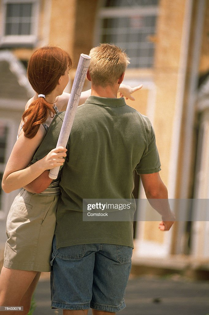Couple looking at home being built : Stockfoto