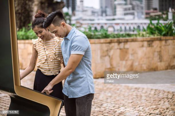 Couple à la recherche à la carte de Kuala Lumpur