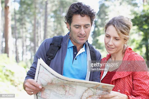 couple looking at map - 40 49 jaar stockfoto's en -beelden