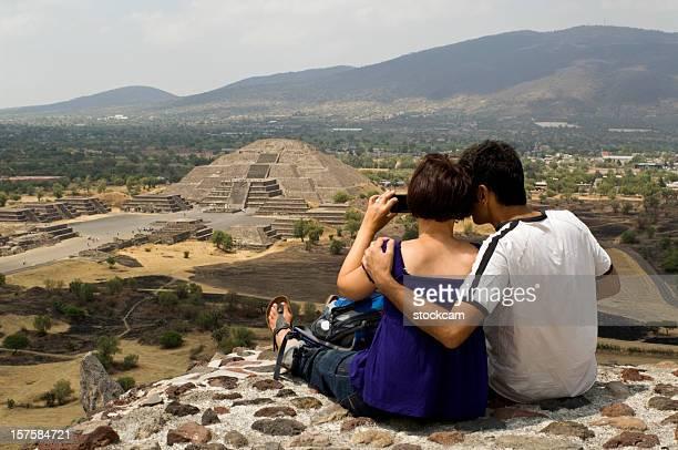 Pareja mirando a la pirámide de la luna en Teotihuacán