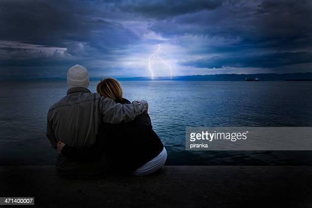 Paar suchen Sie im Sturm