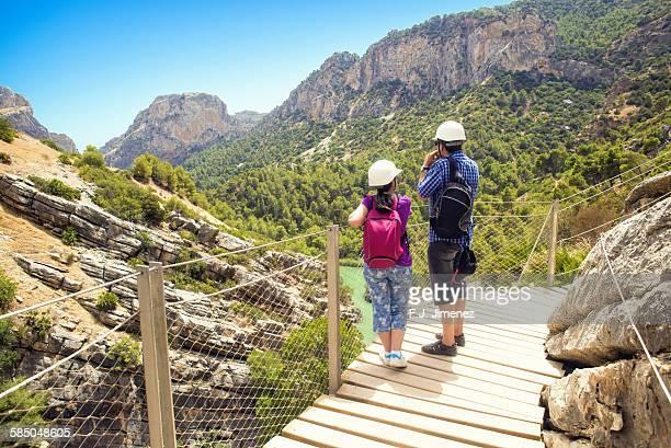 couple looking at the landscape - caminito del rey fotografías e imágenes de stock