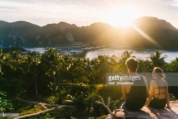 Paar uitzicht op Koh Phi Phi kijken bij zonsondergang
