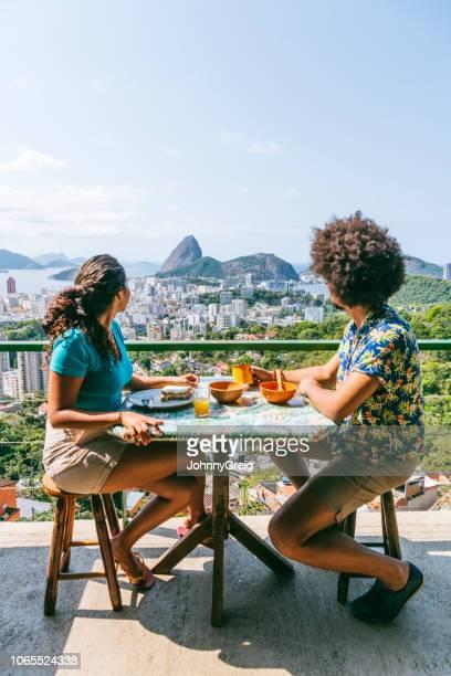casal olhando a vista do pão de açúcar - table top - fotografias e filmes do acervo