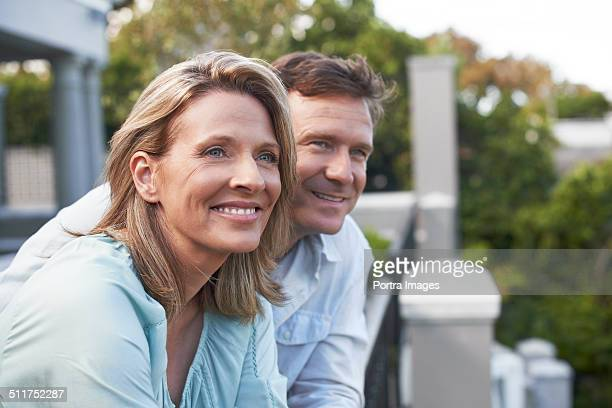 couple looking away in balcony - 40 49 jaar stockfoto's en -beelden